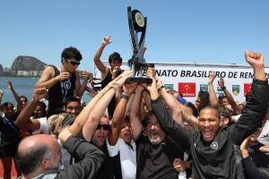 Alvinegros comemoram o título do Brasileiro 2013 (Foto: Satiro Sodré/SSPress)