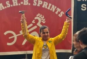 Josiane Lima: martelo e medalha no CRASH-B (Foto: CBR)