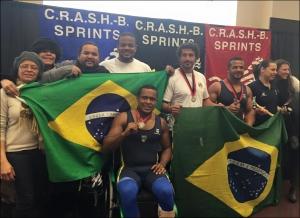 Brasileiros comemoram participação no CRASH-B (Foto: Divulgação/Facebook)