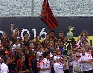 Rubro-negros comemoram título da 1ª Regata (Foto: Remo em Voga)