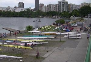 Barcos convivem com obras na futura raia olímpica (Foto: Remo em Voga)