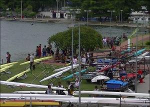 Atletas descansam entre as provas na margem da Lagoa (Foto: Remo em Voga)