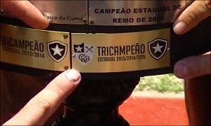 Botafoguenses apontam a placa do Tri no troféu do Estadual (Foto: Remo em Voga)